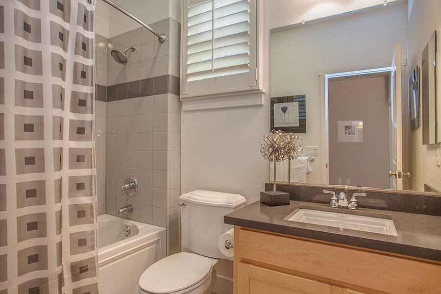 Full Bathroom - 212 Morgan Lane