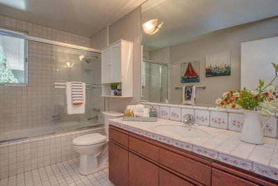 Full Bathroom - 733 Santa Rita Ave