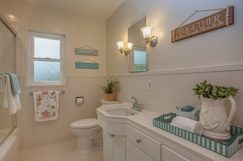 Full Bathroom - 1450 Highland View Court